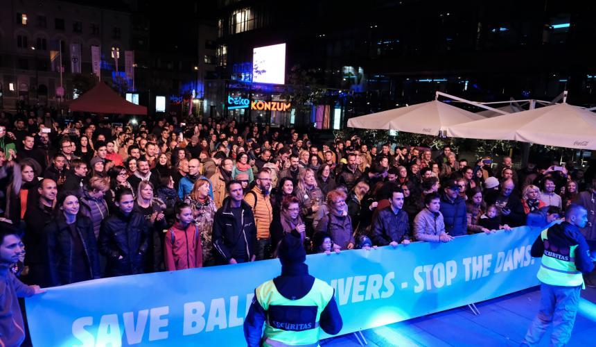 Hunderte Menschen besuchten das Konzert für die Flüsse des Balkans. © Nick St. Oegger