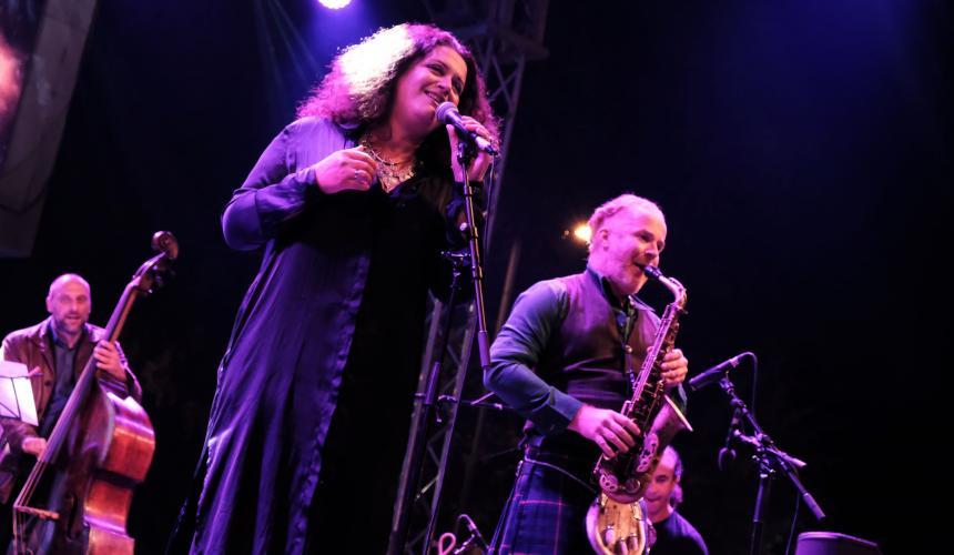 Die großartige Eda Zari mit ihrer Band, darunter der weltbekannte Perkussionist Rhani Krija. © Nick St. Oegger