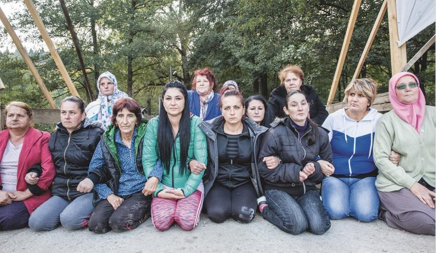 """""""Sie kommen nicht durch!"""" Die mutigen Frauen von Kruščica haben 503 Tage und Nächte die Brücke über ihren Fluss besetzt. Auch brutale Polizeieinsätze konnten die Frauen nicht dazu bringen, die Verteidigung ihres Flusses aufzugeben. © Andrew Burr"""