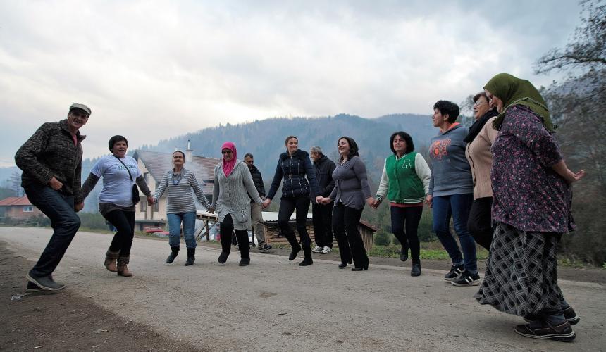 Die tapferen Frauen von Kruščica feiern ihren Sieg und verlassen nach über 500 Tagen und Nächten die Brüke. © Sediva fotografie/ Arnika