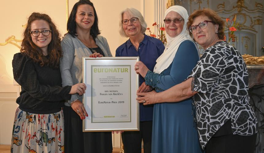 "A delegation of the ""brave women of Kruščica"" accept the EuroNatur Award 2019. © Gerald Jarausch"
