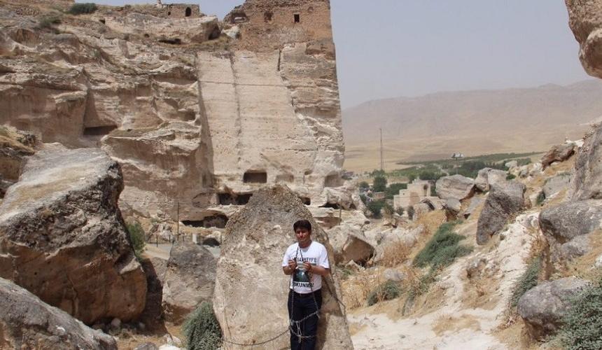 Der HDP Abgeordnete Mehmet Ali Aslan hat sich in Hasankeyf 2 Tage lang angekettet, aus Protest gegen die Zerstörung von Felsstücken durch Sprengungen © Initiative to Keep Hasankeyf Alive