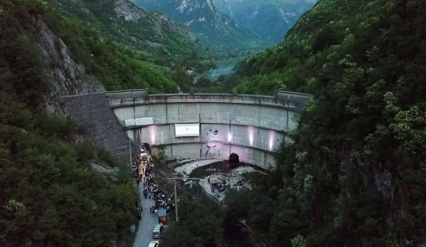 About 500 people at the Blue Heart premiere, screened on the dam wall of the Idbar Dam, close to Konjic in Bosnia and Herzegovina © Pierre Cadot