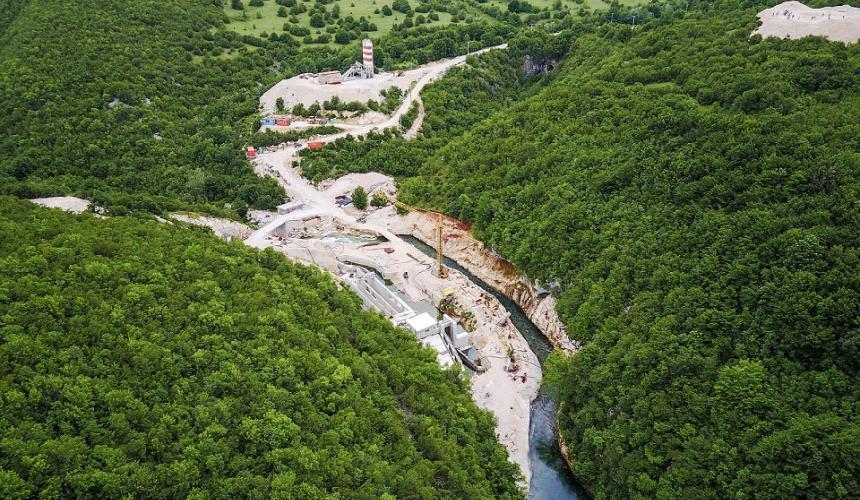 Staudammbau an der Sana in Bosnien-Herzegowina. Etwa 3.000 Wasserkraftwerke sind am Balkan geplant oder bereits im Bau, ein Drittel davon in Naturschutzgebieten. Etwa 50 Fischarten würden an den Rand des Aussterbens gebracht werden oder ganz aussterben, wenn diese Projekte Realtität würden. © Matic Oblak