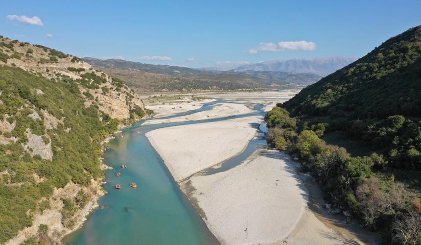 Am 19. Oktober besuchten viele der Wissenschaftler die Vjosa, verbrachten fünf Stunden in Paddelbooten auf diesem intakten Fluss und genossen die malerische Landschaft. © Gabriel Singer