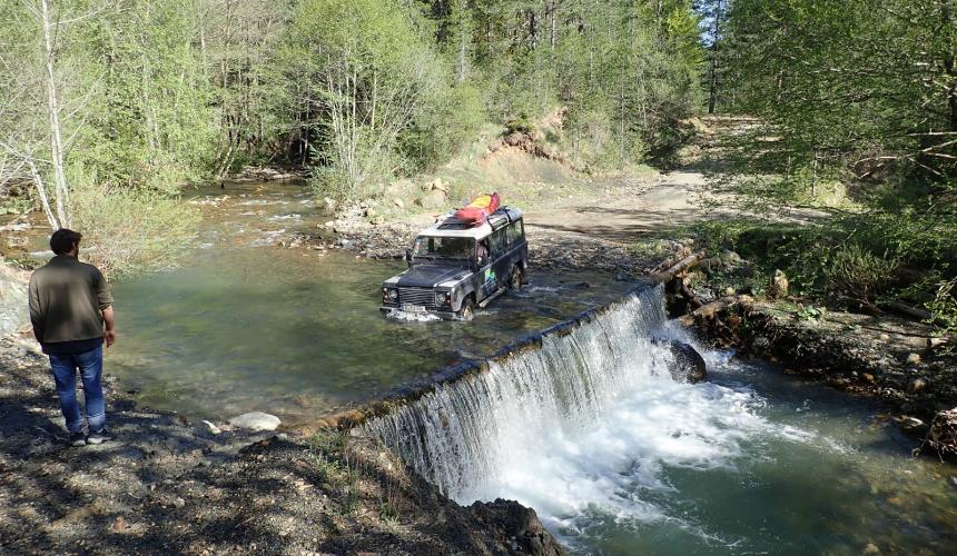 Adventure expedition: The group´s Landrover crosses a tributary of the Aoos in the Pindos mountains. 4 WD vehicles enabled access to remote corners of the river network, but in the end the scientists often had to hike anyway to reach the desired sampling sites. © Vitecek