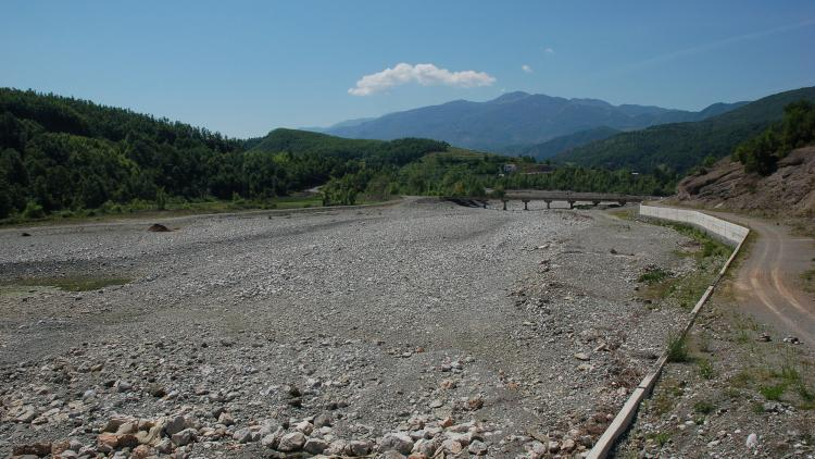 The riverbed has dried up completely below the dam © Pippa Gallop
