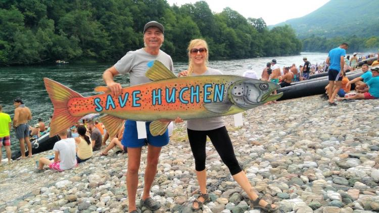 Riverwatch (Ulrich Eichelmann und Cornelia Wieser) protestiert auf der Drina Regatta im Namen des Huchen gegen geplante Staudämme. © Nataša Crnković