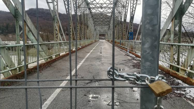 Versperrte Brücke über die Save nahe WKW Brežice © Neja Molan