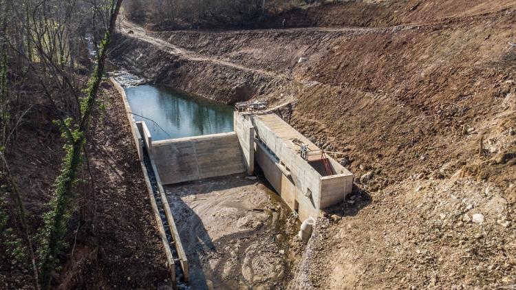 Beispiel für die Auswirkungen von Kleinwasserkraftwerken, hier das MHE Ravni na Pristavaci bei Užice/Serbien © Amel Emric