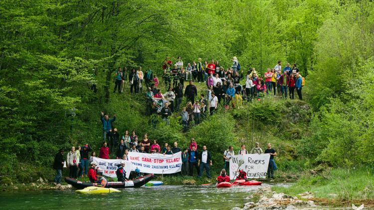 Rettet die Sana – Stoppt KELAG: Unter dem Motto protestierten heute etwa 200 Personen an der Sana in Bosnien-Herzegowina © Jan Pirnat