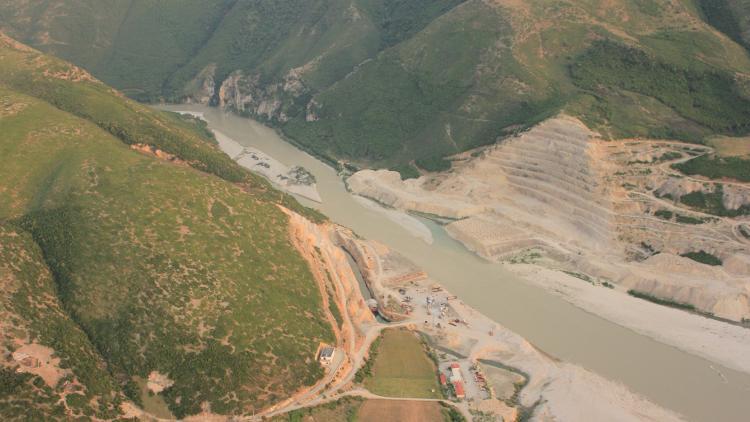 Der unvollendete Kalivac-Staudamm. Jetzt soll die Konzession für seinen Bau neu vergeben werden. © Roland Dorozhani