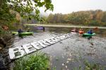 The floating letters are released carefully to water and handed over the kajakers © Peter Faschingleitner