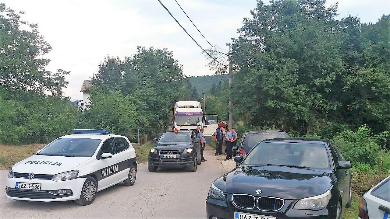 In Begleitung der Polizei und mit schweren Baumaschinen rückte der Investor der geplanten Wasserkraftwerke am vergangenen Freitag in der Ortschaft Kruščica an. © Abaz Dželilović