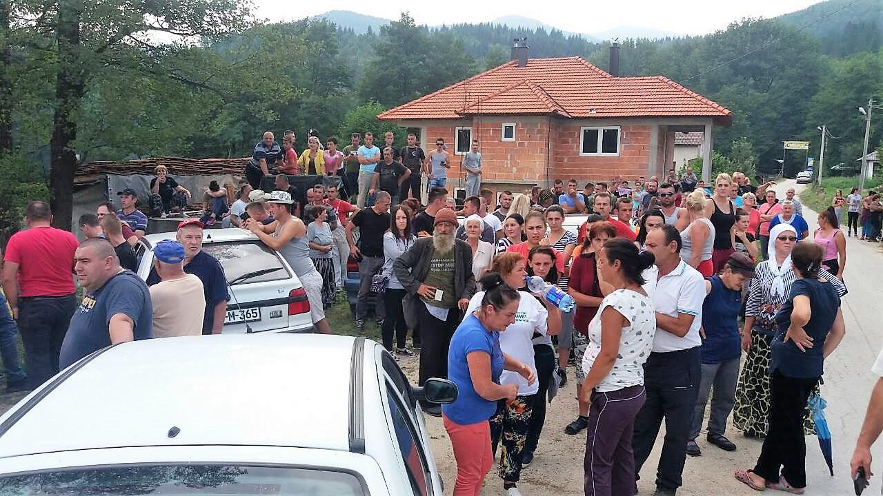 Schnell waren die Dorfbewohner alarmiert und blockierten den Zugang zum Fluss. © Abaz Dželilović
