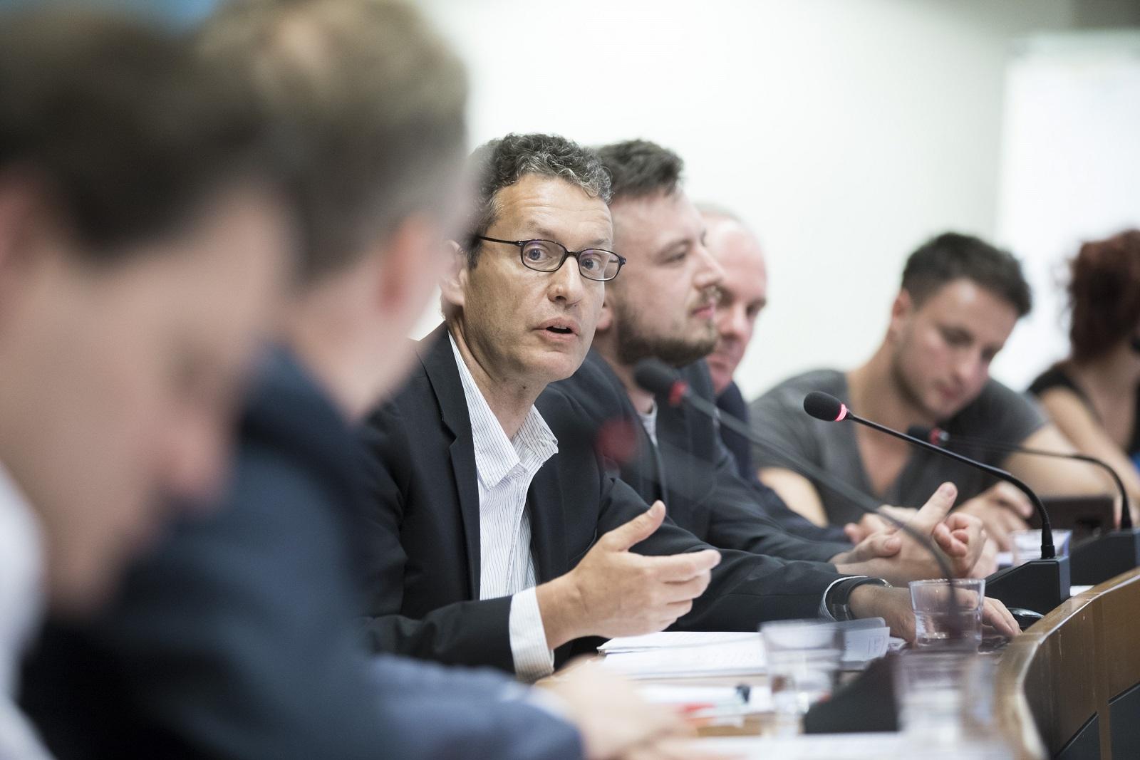 EuroNatur-Geschäftsführer Gabriel Schwaderer schildert im EU-Parlament die Bedrohungen für die Balkanflüsse durch den massiven Ausbau der Wasserkraft. © Jason Alden/Patagonia