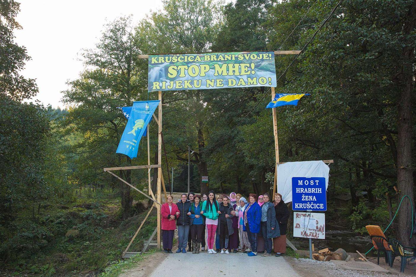 """Die """"tapferen Frauen von Kruščica"""" blockieren seit über einem Jahr eine Brücke über den Fluss  Kruščica, um ein Wasserkraftprojekt zu verhindern. Die beiden geplanten Anlagen würden den Wildfluss und die Trinkwasserversorgung der Gemeinde gefährden. © Andrew Burr"""