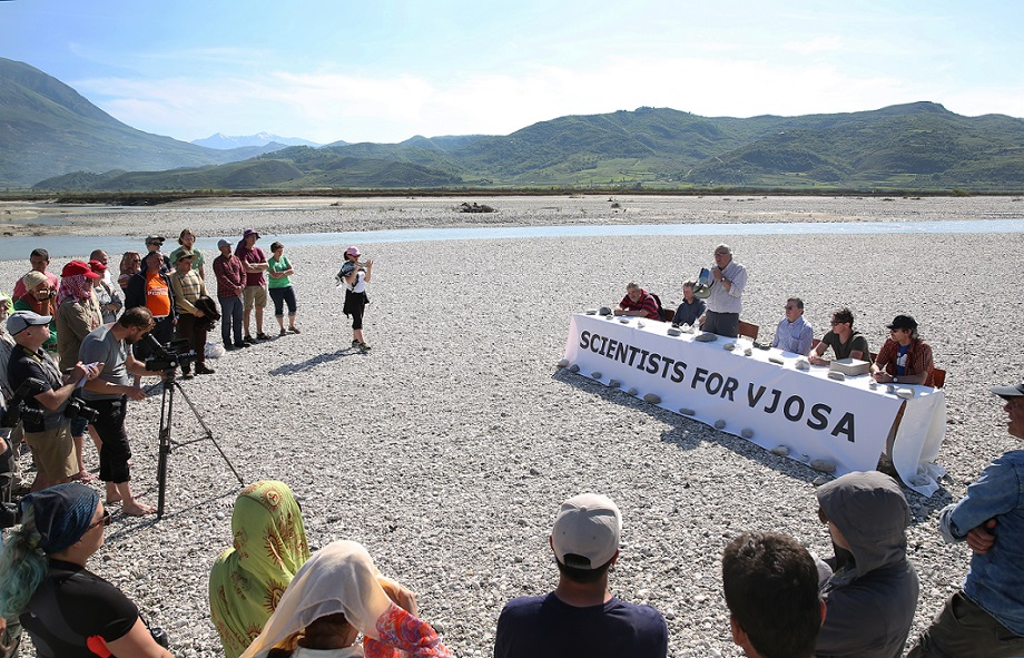 Press conference on a Vjosa island: the experts also want to demonstrate how a sound EIA is to be planned out. © jens-steingaesser.de